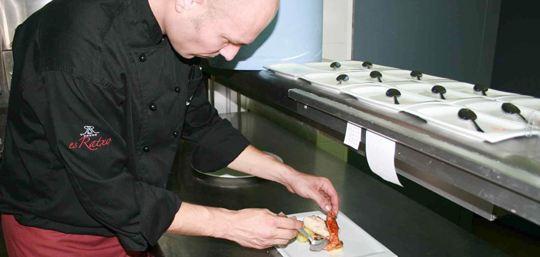 Cap Roig in einer Karpernsoße, serviert mit Jakobsmuscheln und Garnelen
