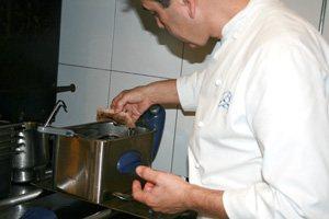 Porcella cruixent amb guarnició de verdures i cap, recepta de Benet Vicens