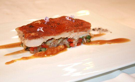 Lechona cruijiente con guarnición de verduras y cabeza