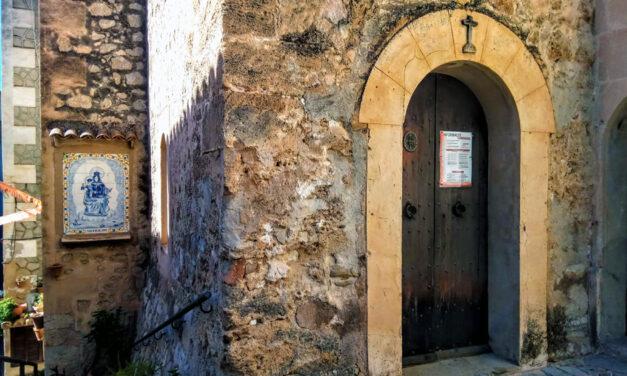 La cala y el pueblo de Estellencs