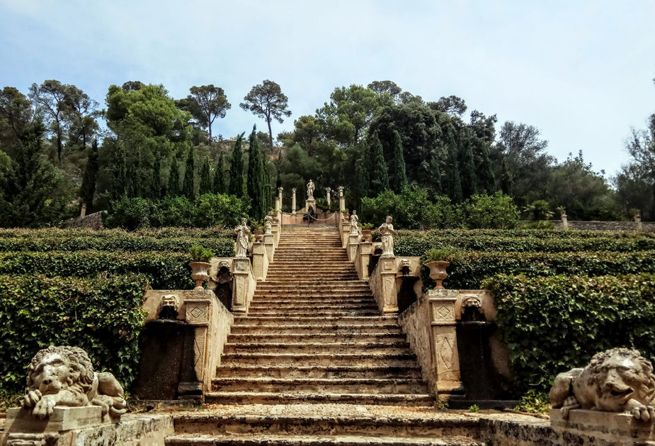 Raixa, beautiful gardens and a spectacular mansion await us