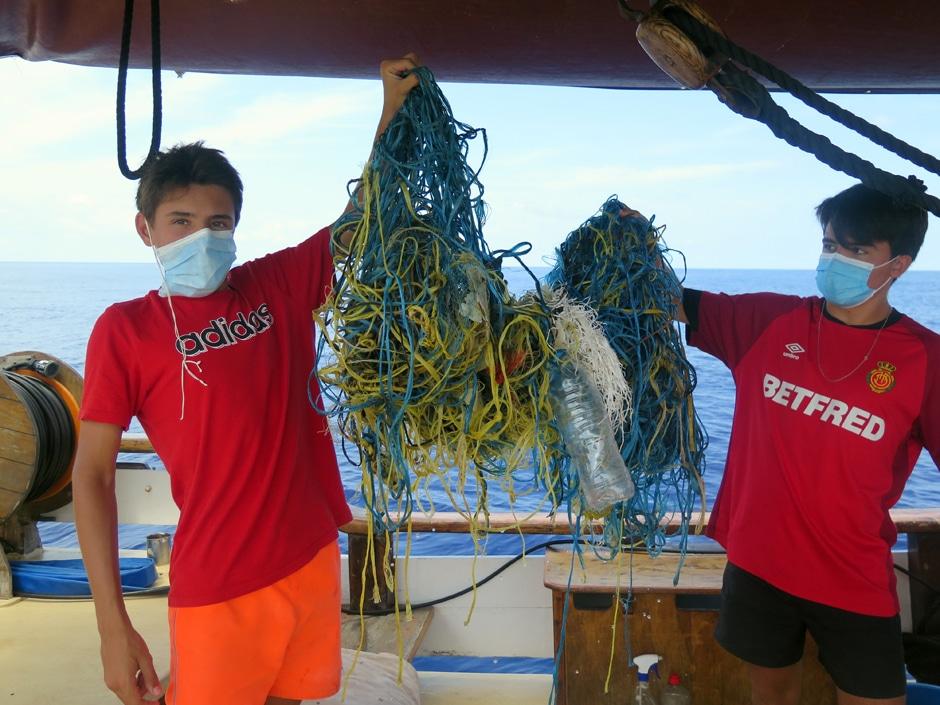 Estudiantes de Mallorca, recogen residuos